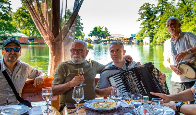 Видео: Жељко Самарџиќ ја запеа Лихнида кајче веслаше додека ужива на изворите на Црн Дрим во св. Наум
